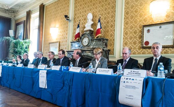 """Les membres de l'association des maires pour la création du territoire de la """"Grande boucle de la Seine"""", vendredi 20 mars à l'hôtel de ville de Rueil-Malmaison. ©jp"""