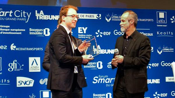 Vianney Delourme, cofondateur d'Enlarge your Paris, recevant son prix. ©G.M