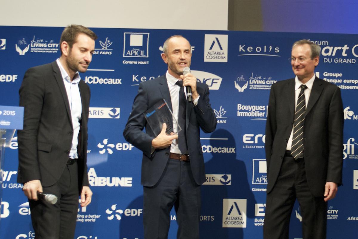 Un représentant de Sogaris reçoit le trophée décerné à l'entreprise pour Chapelle international.© G.M
