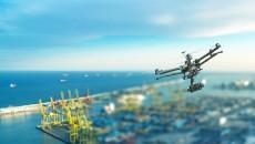 Un drone inspecte un site industriel.