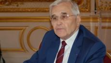 Michel Berson présentant son rapport à la presse, au Sénat, le 19 mai 2016.