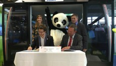 Signature d'un partenariat entre Poma et WWF, le 14 juin 2016 au Salon des transports publics.