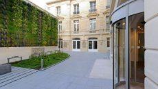 A Paris, Nacarat a transformé le 20 rue de La Boétie en immeuble de bureaux avec des toitures et un mur végétalisés.