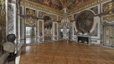 Le salon de la Paix a été aménagé entre 1681 et 1686 par l'architecte de Louis XIV, Jules Hardouin Mansart et son premier peintre, Charles Le Brun.