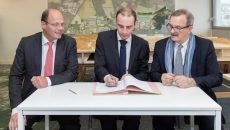 Philippe Van de Maele, directeur général de l'EPA, Grégoire de Lasteyrie, maire de Palaiseau, et Jean-François Carenco, préfet de la région d'Ile-de-France et de Paris, signent le protocole relatif à la ZAC de l'Ecole polytechnique, le 13 décembre 2016.