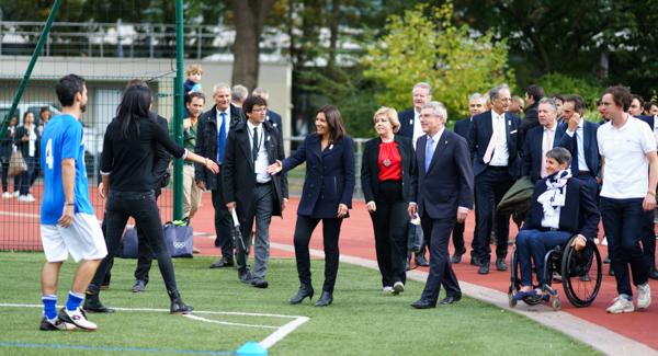 Anne Hidalgo et Thomas Bach, président du CIO, arrivent au stade Emile Anthoine, le 2 octobre. © Jgp