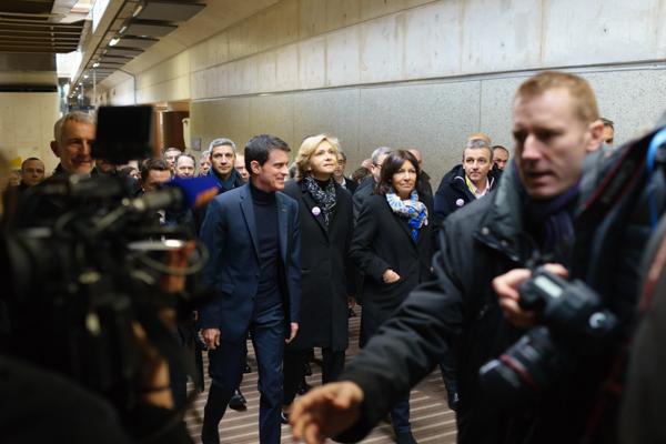 En juin, Manuel Valls et Valérie Pécresse, ici lors de l'inauguration de la gare Rosa Parks, trouvent un accord pour le financement, en 2016, du Pass Navigo unique.
