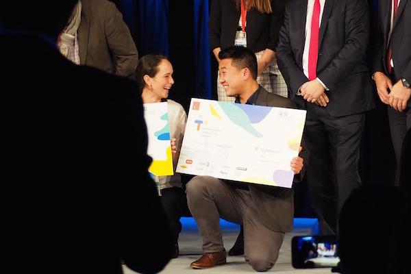 La fondatrice d'OurHub (2ème prix) et le fondateur de GreenCity (1er prix), étaient visiblement ravis. ©JGP