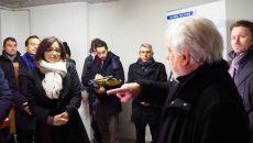 Le président de la copropriété présente les travaux d'éco-rénovation à Célia Blauel, maire adjointe à l'écologie. ©Jgp