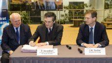 Signature de la cession du réseau THD Seine entre Patrick Devedjian et Jean-Michel Soulier, résident de Covage.