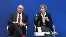 Jeanne-Marie Prost, présidente de l'Observatoire des délais de paiement, a remis le 22 mars 2017 au ministre des Finances, Michel Sapin, l'édition 2017 du rapport annuel de l'Observatoire des délais de paiement.